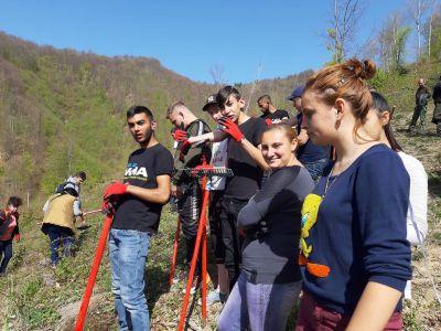 На 24.04.2019 г. ученици от ПГСЕУ-Тетевен извършиха дейност по отглеждане и залесяване на общинска гора - ПГ по СЕУ - Тетевен